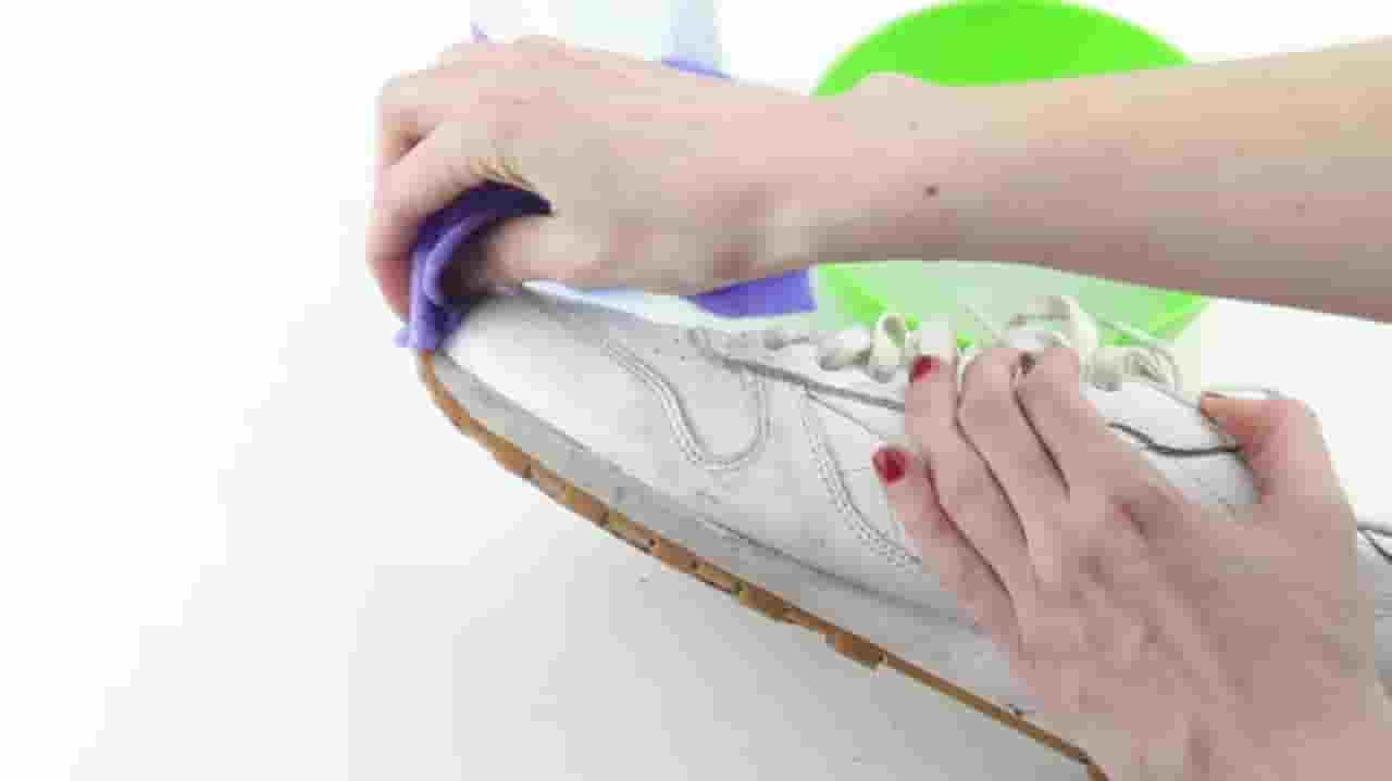 cara Membersihkan 4 Jenis Sepatu